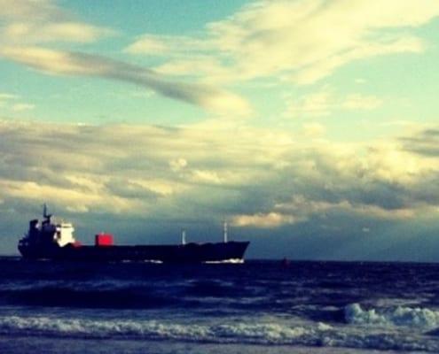 Schiff fährt vorbei
